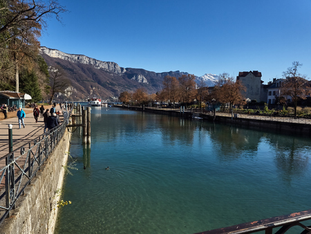 Annecy, France - December 07, 2018: View of Annecy from the Thiou river during a sunny day. Standard-Bild - 117740602