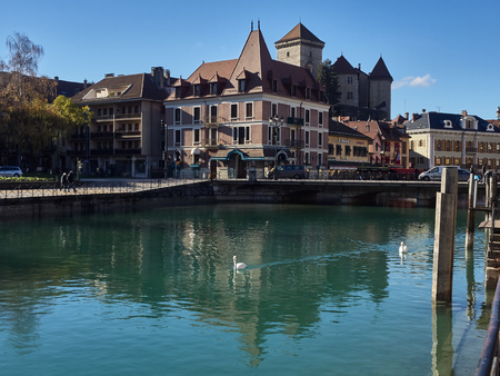 Annecy, France - December 07, 2018: View of Annecy from the Thiou river during a sunny day. Standard-Bild - 117740608