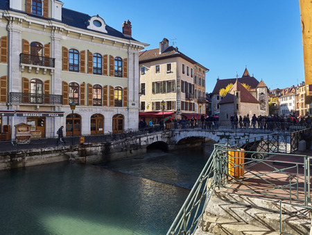 Annecy, France - December 07, 2018: View of Annecy from the Thiou river during a sunny day. Standard-Bild - 117740609