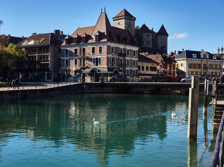 Annecy, France - December 07, 2018: View of Annecy from the Thiou river during a sunny day. Standard-Bild - 117740615