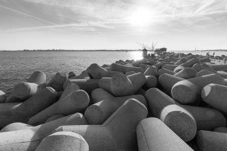 breakwater: rompeolas blanco y negro Foto de archivo