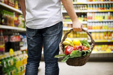 canasta de frutas: Cesta llena de comida sana