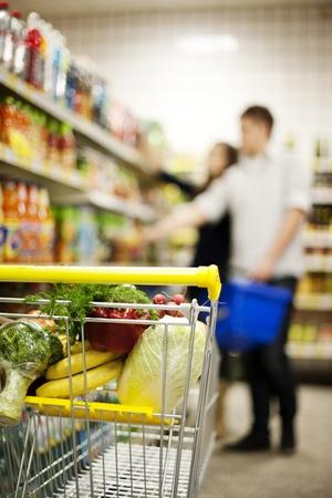 carro supermercado: Carretilla de las compras Foto de archivo