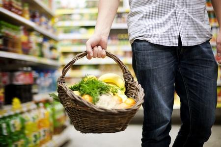 corbeille de fruits: Panier rempli de nourriture saine Banque d'images