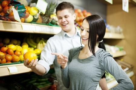 comiendo platano: Pareja joven de compras en tiendas de comestibles Foto de archivo