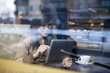 felicidade: Jovem, mulher, usando tablet em caf