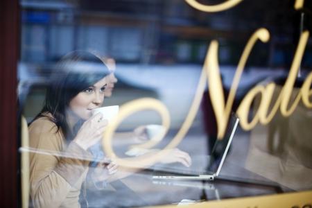 mujer tomando cafe: Mujer joven en la cafeter�a