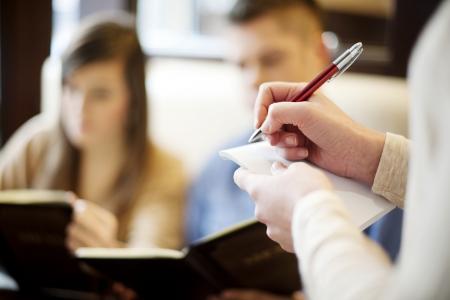 camarero: Pareja joven en el restaurante Foto de archivo