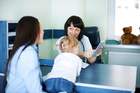 medico pediatra: Médico mostrando madre