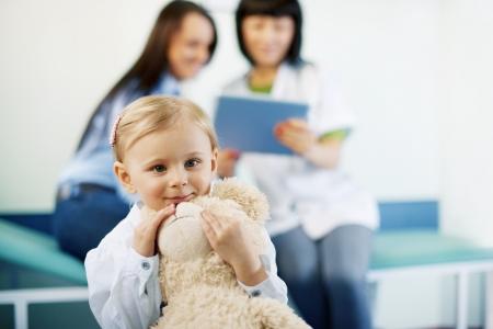 pediatra: Ni�a linda en el consultorio m�dico Foto de archivo