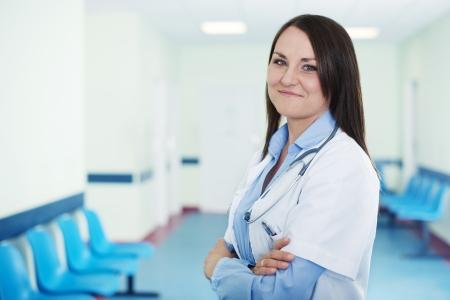doctora: Retrato del doctor de sexo femenino joven