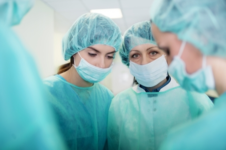 enfermera con cofia: M�dicos preparaci�n para la cirug�a Foto de archivo