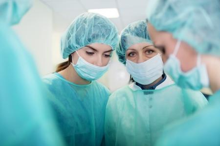 nurse cap: Medici preparazione per la chirurgia
