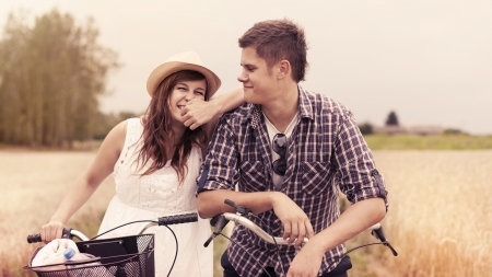 love at first sight: Portrait of cheerful couple with bicycles