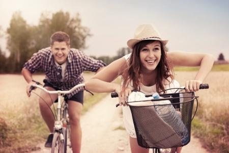 affectionate action: Feliz pareja de carreras en bicicletas