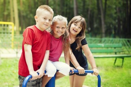 Glückliche Kinder auf Spielplatz