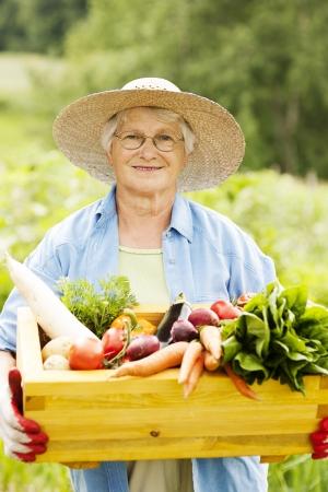 dikon: Mujer mayor con verduras