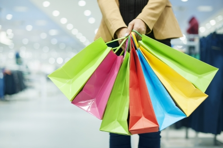 centro comercial: Mujer con bolsas de la compra Foto de archivo