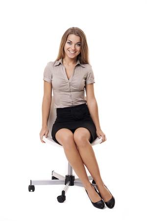 mujer sentada: Hermosa mujer de negocios sentado en una silla Foto de archivo