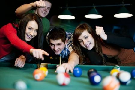 pool bola: Amigos jugando billar Foto de archivo