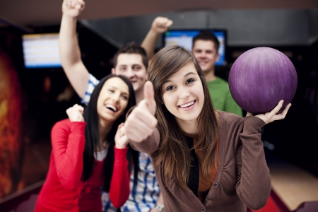 bowling: Amigos bolos juntos Foto de archivo