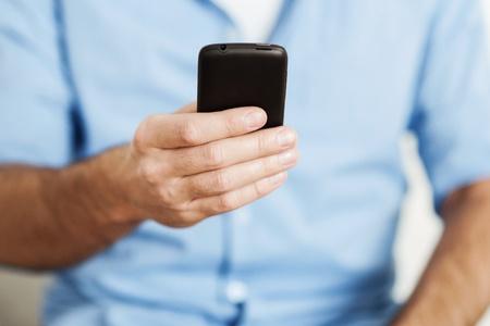 dialing: Hombre que usa el tel�fono inteligente