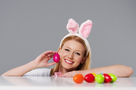 bunny ears: Mujer rubia con orejas de conejo y huevos de Pascua Foto de archivo