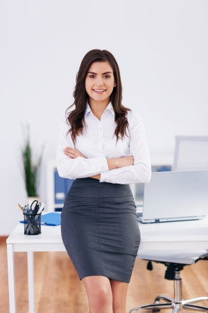 faldas: Retrato de mujer de negocios sonriente en la oficina