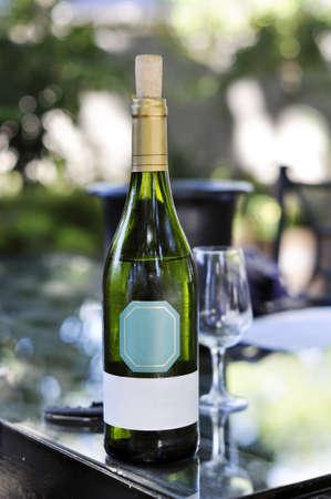 white wine bottle: Botella de vino blanco en mesa