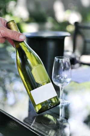 white wine bottle: Botella de vino blanco Foto de archivo