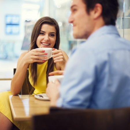 dattes: Couple en d�gustant un caf� Banque d'images