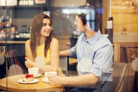 mujer tomando cafe: Cita rom�ntica en el caf�