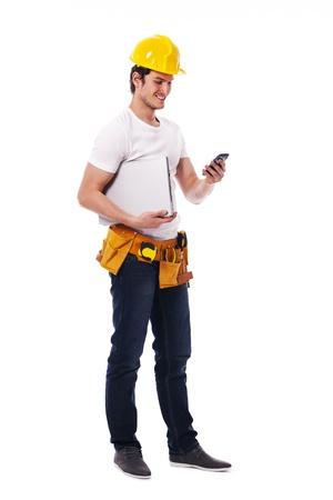 Bouwvakker het controleren iets op de mobiele telefoon