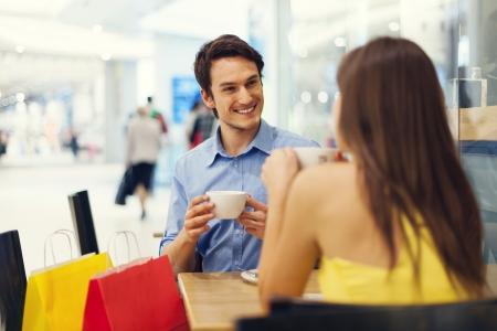 mujer tomando cafe: Despu�s de un tiempo de compras con �xito de una buena taza de caf�