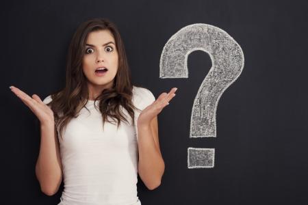 signo de pregunta: La mujer joven no sabe la expresi�n Foto de archivo