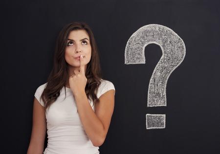 persona confundida: Mujer con signo de interrogación en la pizarra