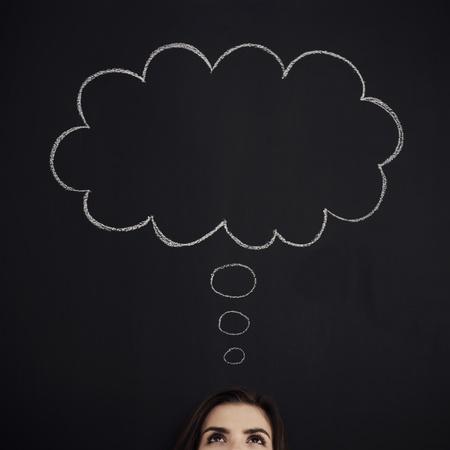 mujeres pensando: Mujer con burbujas de pensamiento