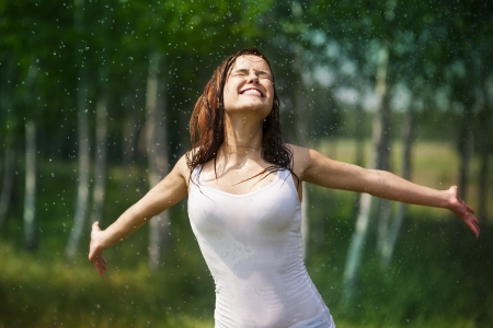 自然の中で楽しんで幸せな若い女 写真素材