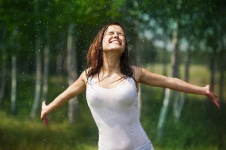 Gelukkig jonge vrouw genieten in de natuur