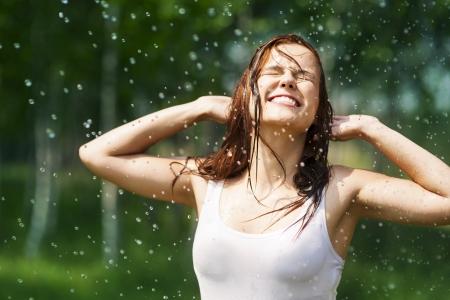 дождь: Счастливый молодая женщина в каплях дождя