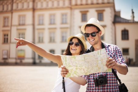 Happy tourist sightseeing city with map  Imagens