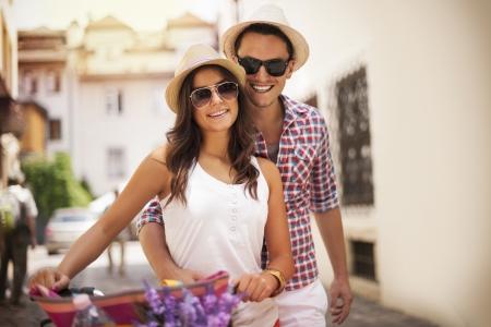 sunglasses: Linda pareja joven con la bici