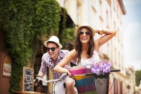 자전거에 서로를 쫓는 행복한 커플 스톡 콘텐츠