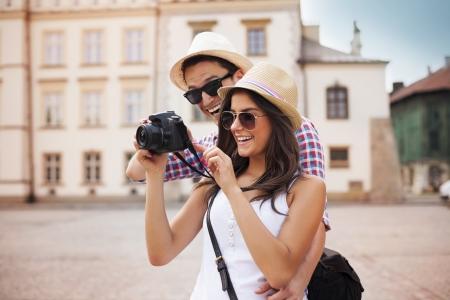 かわいいカップルのカメラで自分の写真を探しています 写真素材