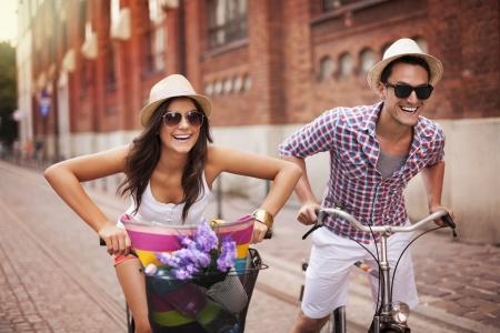 Pareja montar bicicletas en la ciudad