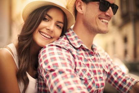 parejas enamoradas: Cierre de amantes de la pareja montando en bicicleta en la ciudad