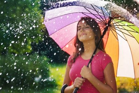fresh air: Giovane donna di respirare aria fresca durante la pioggia di primavera Archivio Fotografico