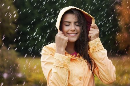 Natuurlijke vrouwelijke schoonheid in de herfst regen