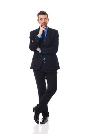 hombre pensando: Apuesto hombre de negocios pensando en algo