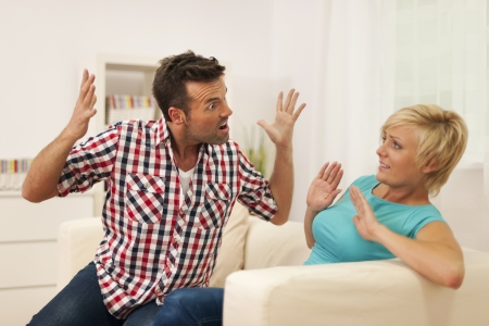 violencia intrafamiliar: Hombre que grita a su esposa durante la discusi�n en el hogar Foto de archivo